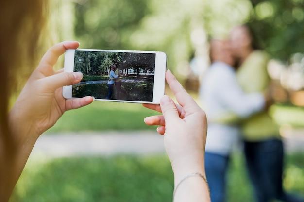 Adolescent filles prenant des photos ensemble