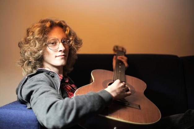 Adolescent avec une guitare