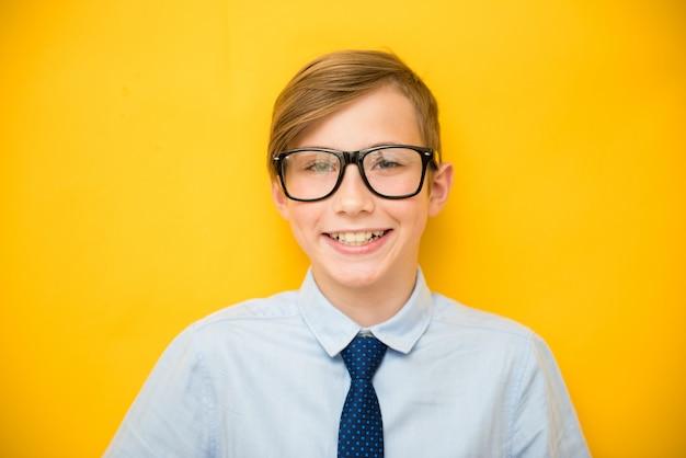 Adolescent heureux avec un large sourire.