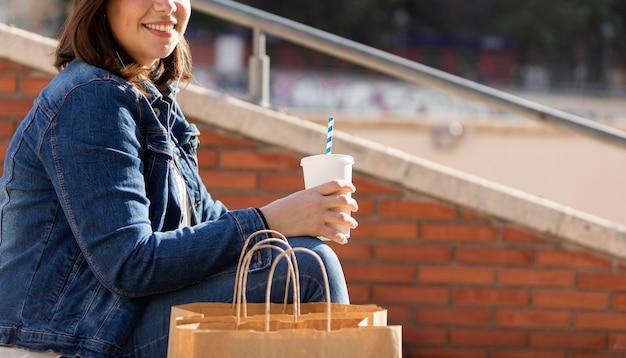 Adolescent heureux posant à l'extérieur