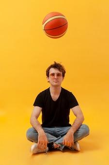 Adolescent jouant avec un ballon de basket