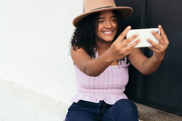 Adolescent latina prenant un selfie avec son téléphone