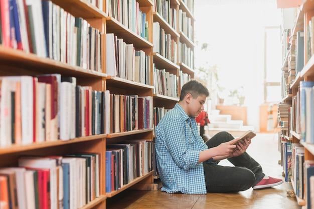 Adolescent, lecture, entre, étagères