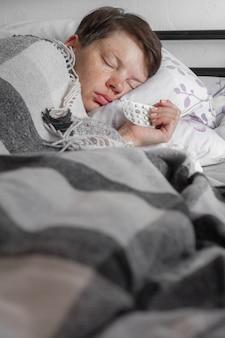 Adolescent malade endormi sur son lit