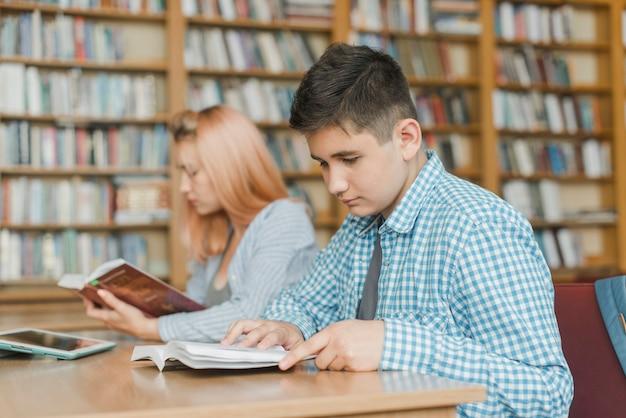 Adolescent mâle étudiant près d'un ami