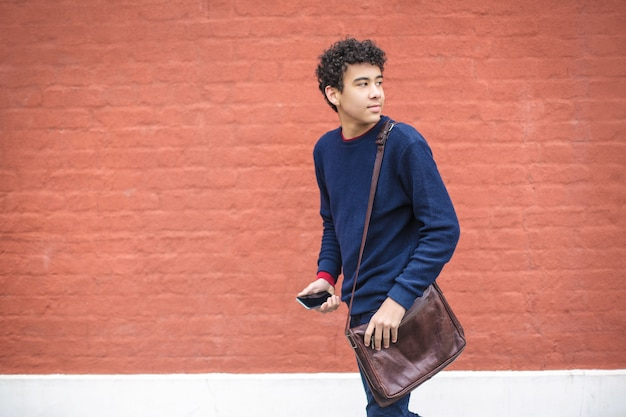 Adolescent marchant dans la rue