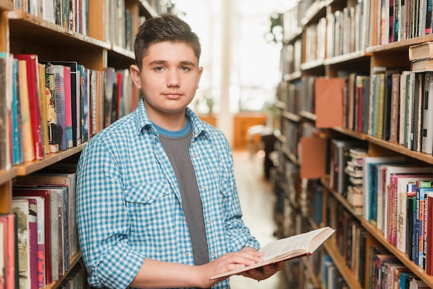 Adolescent masculin avec un livre ouvert