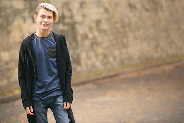 Adolescent mignon garçon à l'extérieur