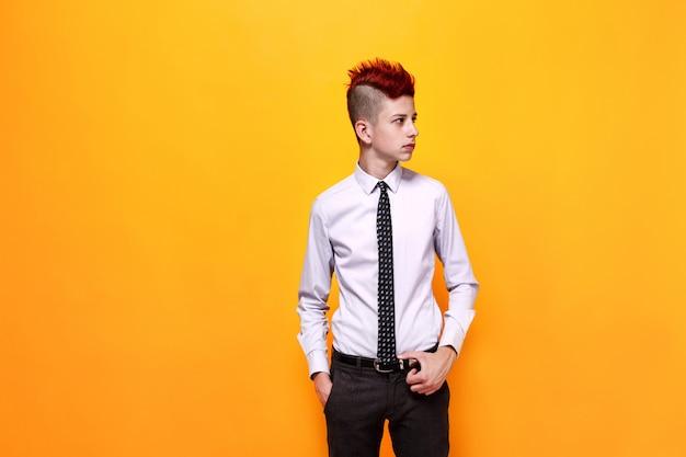 Adolescent à la mode avec un mohawk rouge à la recherche de suite