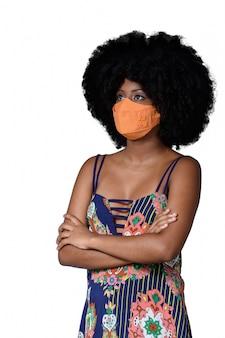 Adolescent noir portant un masque de protection contre covid19 isolé sur fond blanc