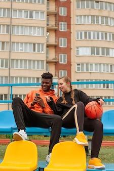Adolescent, passer du temps ensemble à l'extérieur
