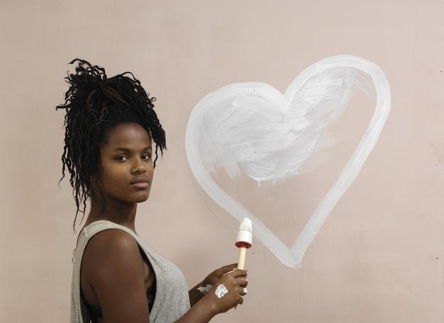 Adolescent peignant sur un mur