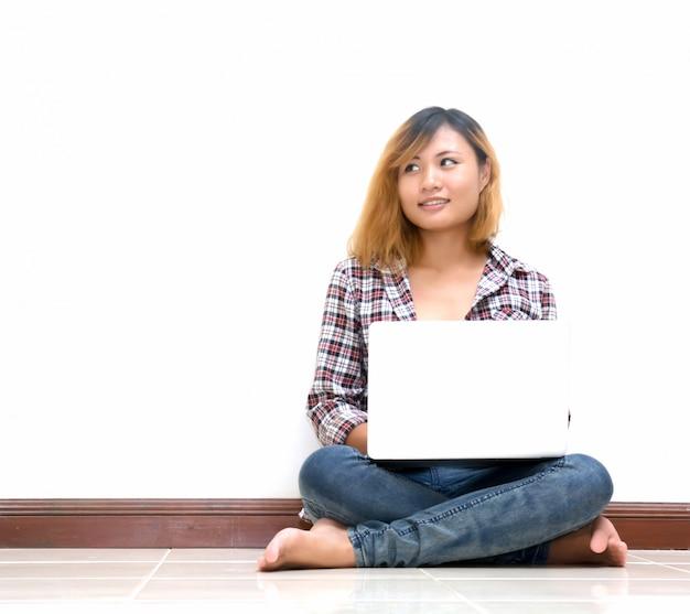 Adolescent pensive travailler avec son ordinateur portable