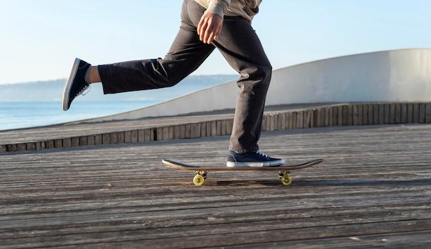 Adolescent avec planche à roulettes bouchent
