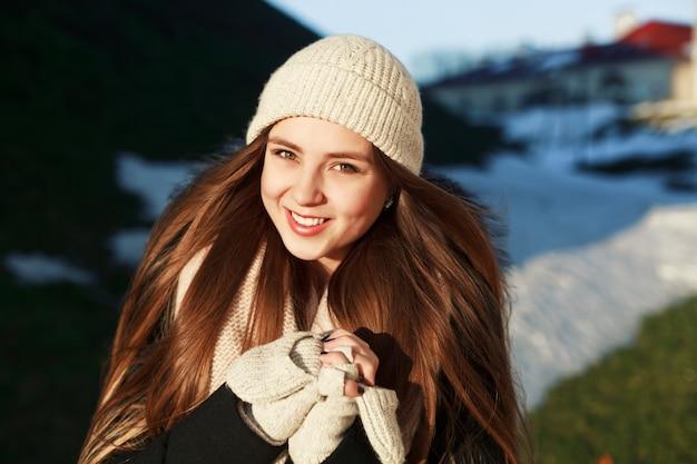 Adolescent portant un chapeau de laine et des gants