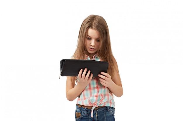 Adolescent avec le portefeuille vide