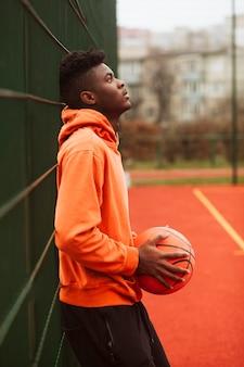 Adolescent posant sur le terrain de basket