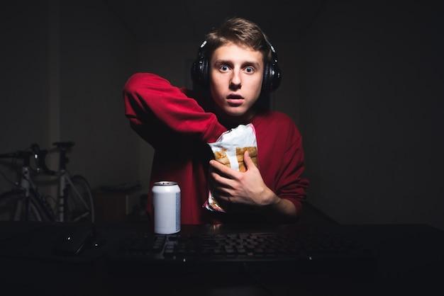 Adolescent regarde l'écran de l'ordinateur et joue à des jeux vidéo