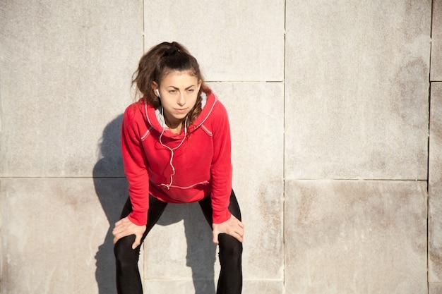 Adolescent repos après l'exercice physique