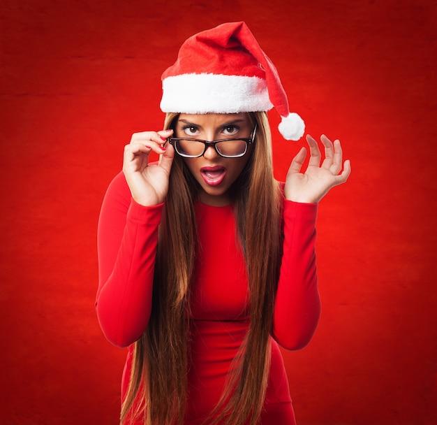 Adolescent sexy avec le chapeau de santa claus et des lunettes