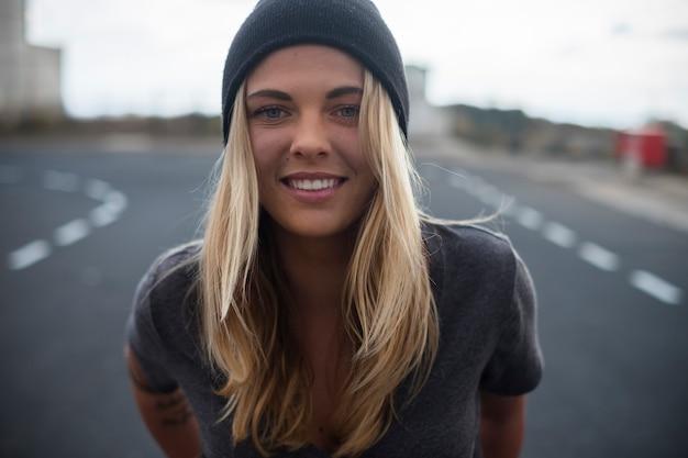 Adolescent souriant à la camara - belle femme blonde 2 s heureuse et profite