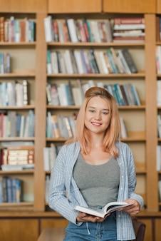 Adolescent souriant avec livre