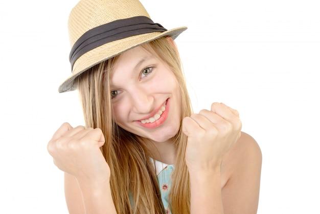 Adolescent souriant montrant les poings
