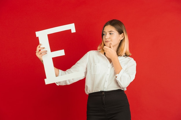 Adolescent tenant la lettre e