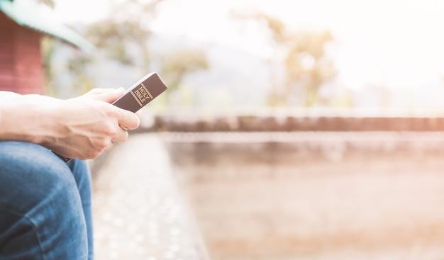Adolescent tenant sainte bible prêt à lire.