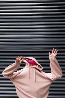 Adolescent à tir moyen avec sweat à capuche rose