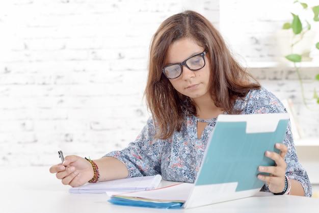 Un adolescent travaille à faire ses devoirs