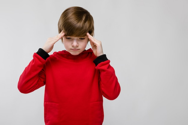 Adolescent triste dans des vêtements à la mode