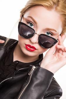 Adolescent en veste de lunettes de soleil