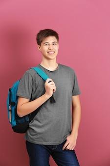 Adolescent en vêtements décontractés