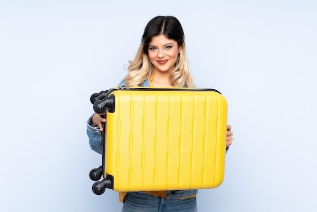 Adolescent voyageur tenant une valise