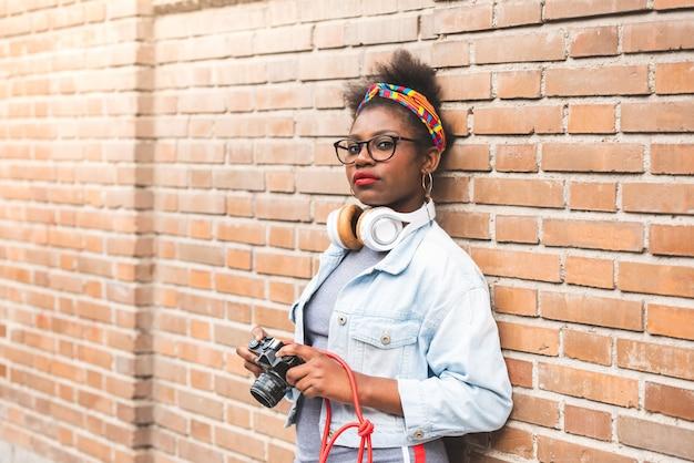 Adolescente afro-américaine à l'aide d'une caméra.