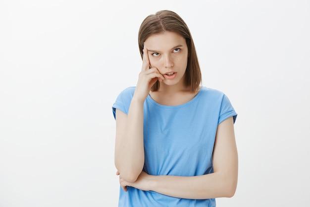 Une adolescente agacée et dérangée déteste être grondée, rouler des yeux et avoir l'air insouciante