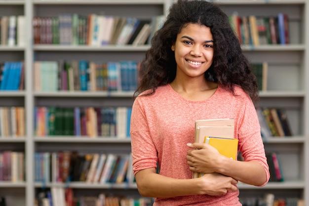 Adolescente à angle élevé à la bibliothèque