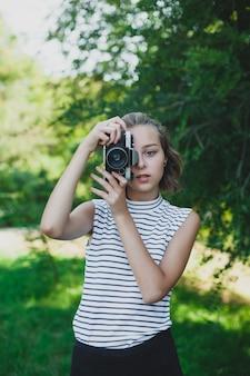 Adolescente avec appareil photo rétro