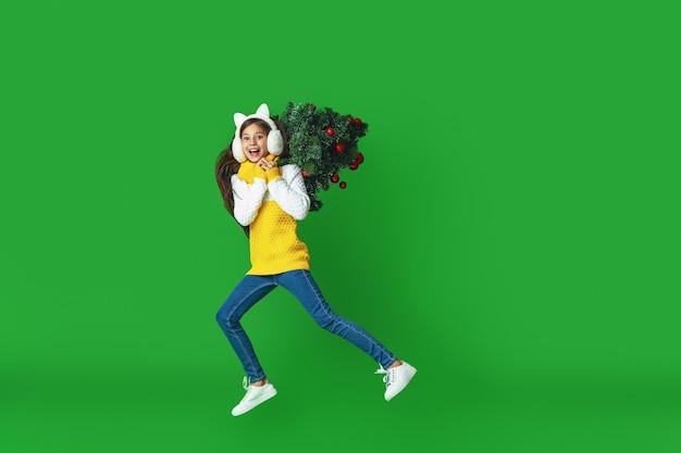 Adolescente avec un arbre de noël