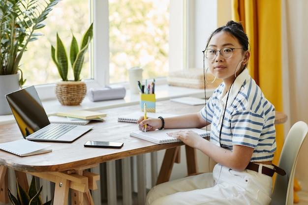 Adolescente asiatique, étudier, chez soi