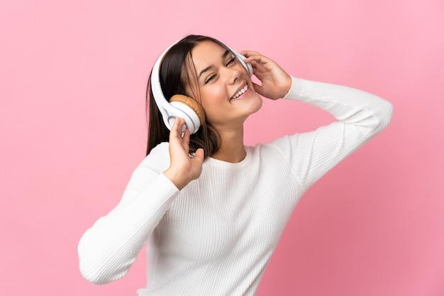 Adolescente sur bleu écoute de la musique et du chant