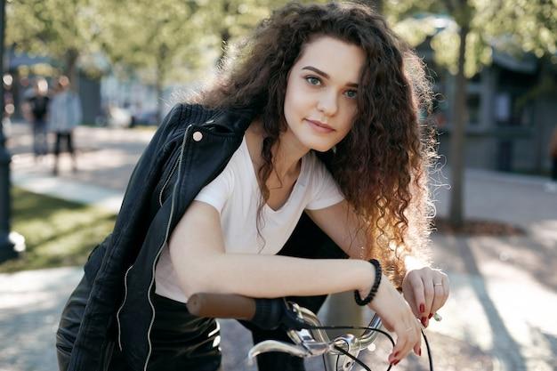 Une adolescente avec une coiffure ondulée posant