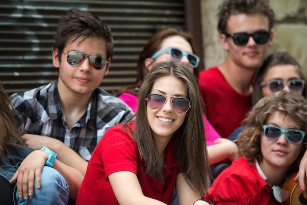 Adolescente cool posant avec des amis