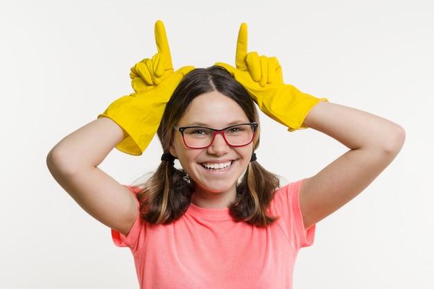 Adolescente dans des gants de protection jaunes