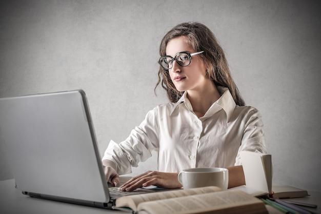 Adolescente étudie sur un ordinateur portable