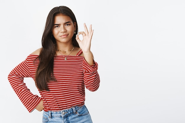 Une adolescente expressive dans un chemisier rayé