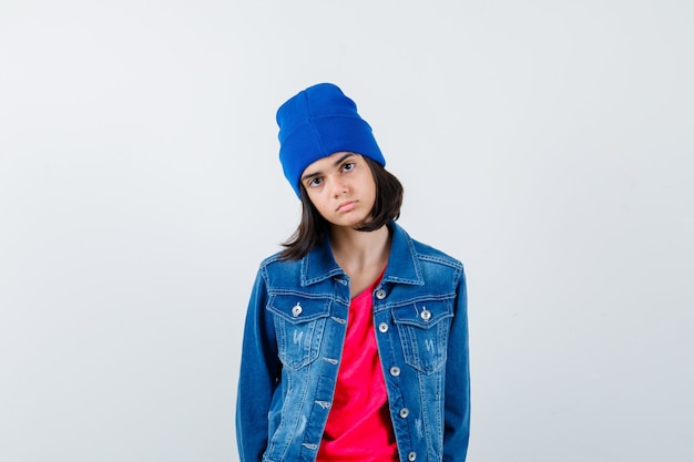 Une adolescente expressive pose