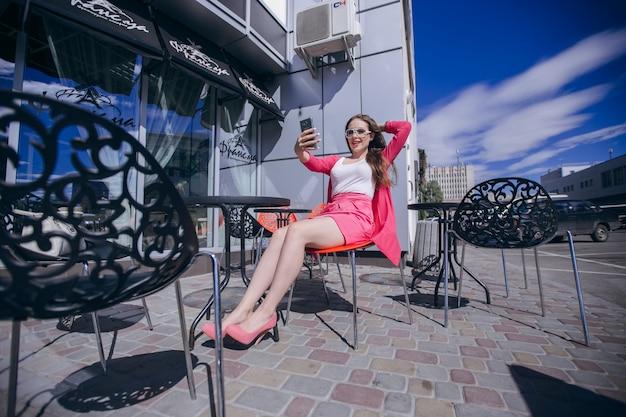 Une adolescente faisant une autofoto avec des lunettes modernes