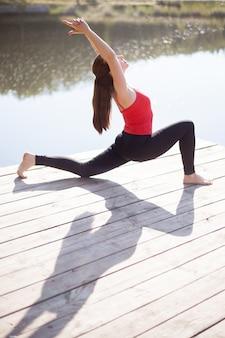Adolescente faisant la posture de lunge